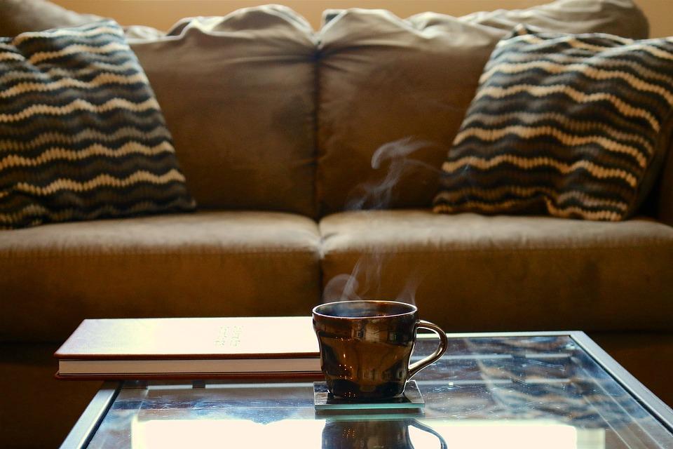 Stolik kawowy w salonie – zalety