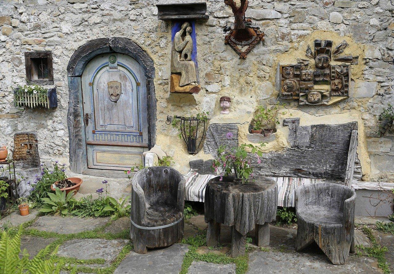 Zestaw mebli ogrodowych – renowacja starych mebli czy zakup nowych?