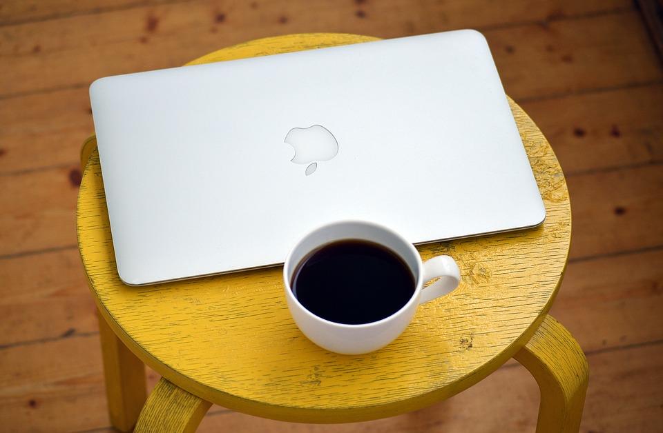 Czy stolik kawowy do salonu to dobre rozwiązanie?
